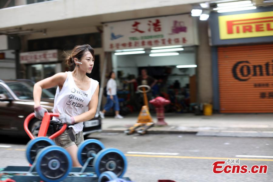 Zhu delivers goods in Hong Kong. Zhu worked as a hotel security guard and also as a lifeguard in the past, but she eventually choses the transportation industry. (Photo: China News Service/Hong Shaokui)