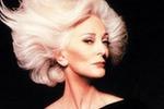 84岁超模卡门一头银发 气质优雅冷艳