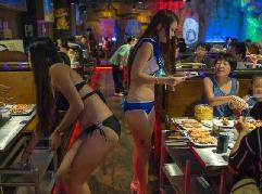 海口一餐厅服务员穿比基尼点单端菜