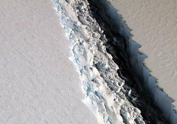 南极最大冰架出现巨型裂口 宽90米长113公里